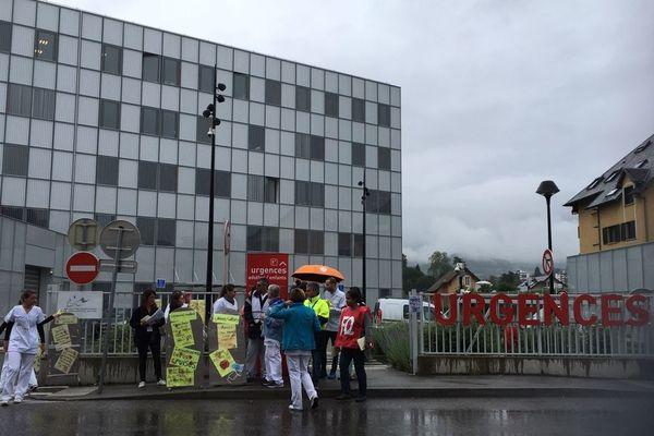 Les personnels des urgences de Chambéry manifestent devant l'hôpital pour exprimer leur mal-être