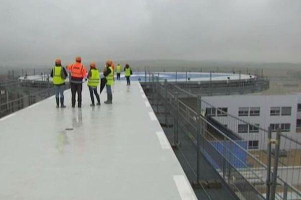 Le futur CHU comporte 2 pistes d'atterrissage pour l'hélicoptère du Samu dont l'une sur le toit du bâtiment.