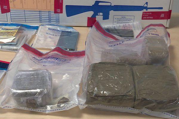 Un réseau de trafiquants de drogue démantelé au centre ville de Nîmes, dans le Gard. La police a interpellé 9 personnes et saisi 4,5 kg de résine et 2 kilos d'herbe de cannabis ainsi que des armes dont une mitrailleuse - janvier 2021.