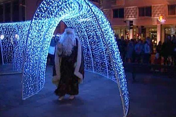 Les fêtes associent le divin et le profane, à Biarritz le Père Noël passe sous l'arche luminescente. Rite de passage d'une période vers une autre que l'on espère meilleure. Le divin s'exprime dans la messe de minuit avec une crèche très vivante.