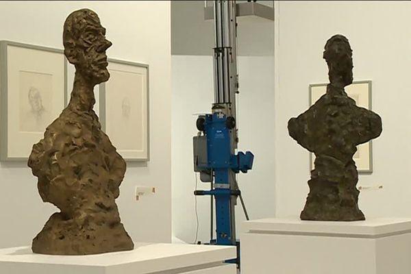 Sculptures, dessins... tout doit être en place pour l'ouverture de l'exposition samedi 16 mars.