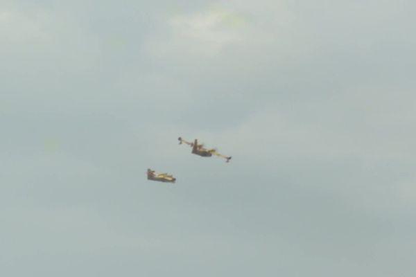 Deux avions bombardiers d'eau effectuent encore des largages au lendemain de l'incendie. Jeudi soir, 5 appareils ont arrosé le site jusqu'à la tombée de la nuit.