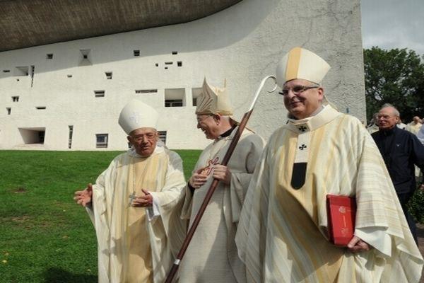 Mgr Lucien Daloz, à gauche sur cette photo, avec Mgr Lacrampe au premier plan.