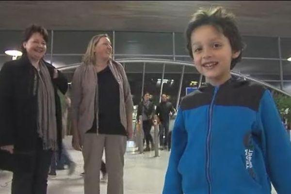 Enzo, âgé aujourd'hui de 7 ans, est apparu en pleine forme à sa descente d'avion à Roissy. Derrière lui les membres de sa famille s'apprêtent à passer ce long week-end de Pâques enfin réunis.