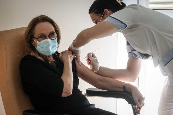 Une femme se faisant vacciner contre le Covid-19.