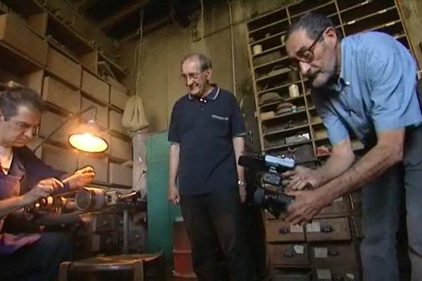 Patrick Aujard en tournage dans un atelier de coutellerie.