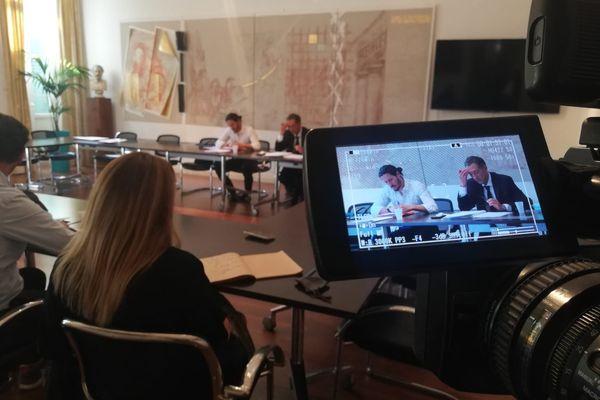 Dans la salle du Conseil de l'Ordre du barreau de Nice, ce jeudi 23 septembre. A gauche, en blanc, Paul Sollacaro.