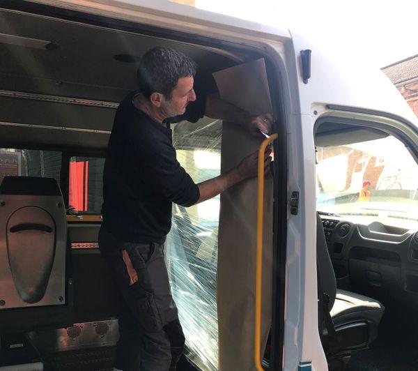 Aménagement pour isoler le conducteur des passagers