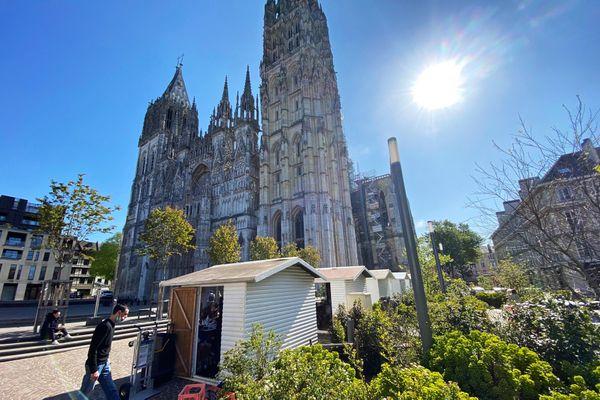 22 avril 2021 : les chalets mis à disposition des restaurateurs au pied de la cathédrale de Rouen