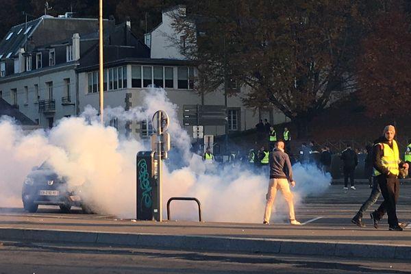 Gaz lacrymogènes et jets de projectiles pour la manifestation des gilets jaunes dans le centre de Quimper ce samedi 17 novembre