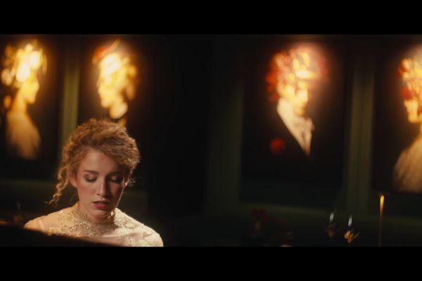 """Dans son nouveau clip, """"Emmène-moi"""", tourné à Besançon, la chanteuse Ecco emporte l'auditeur dans ses rêveries amoureuses"""