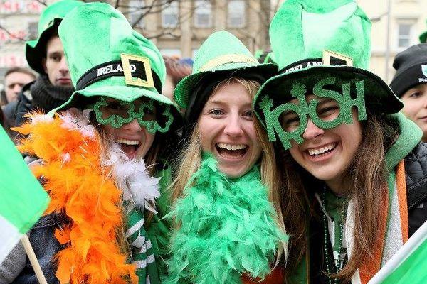 Des Irlandaises fêtent la Saint-Patrick habillées de vert et de lunettes en trèfle