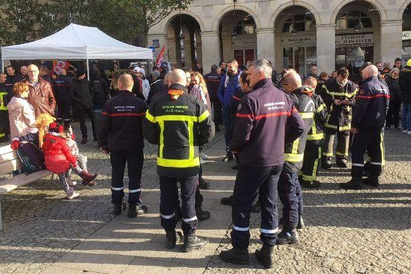 Les pompiers place de la mairie à Rennes, pour aller au devant de la population