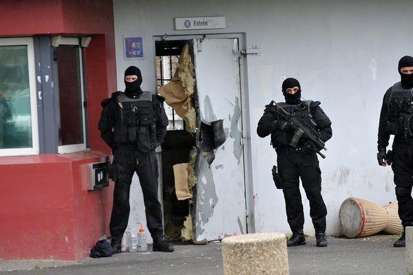 L'entrée de la prison de Sequedin juste après l'évasion de Redoine Faïd.