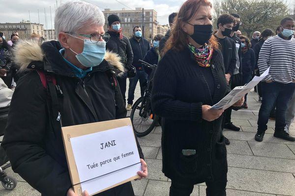 """""""Jani tuée parce que femme"""" c'est une des pancartes préparées pour cet hommage au Havre. La famille de la victime est également présente."""