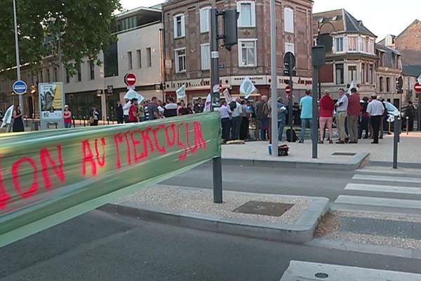 Ils étaient une soixantaine d'agriculteurs, mardi, à manifester devant la préfecture d'Amiens.