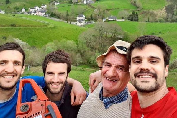 Jean Lassalle et ses trois fils en Vallée d'Aspe