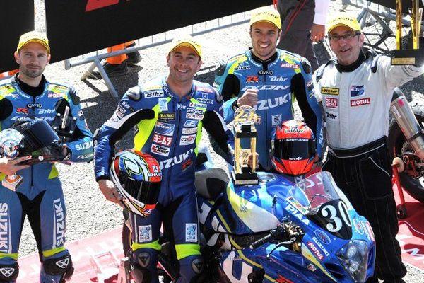 Anthony Delhalle, Vincent Philippe, Etienne Masson, et leur Team Manager Dominique Meliand (Suzuki GSXR Formula EWC N°30) célèbrent leur victoire dans la 38ème édition de la course Le Mans 24 heures moto le 19 avril 2015