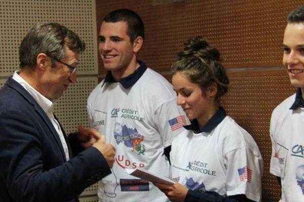 Franck, Emilie et Alexandre reçoivent leur billet d'avion à Moulins le mercredi 19 septembre.