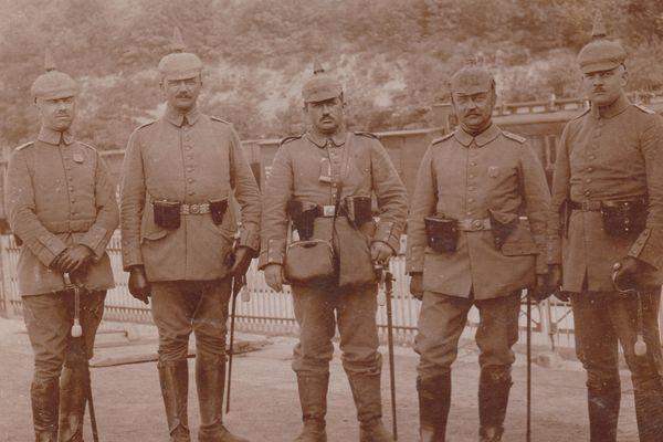 Le casque à pointe est abandonné au début de 1916