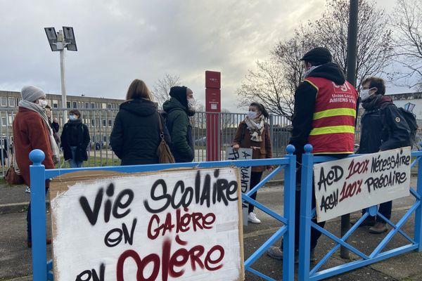 Manifestation des assistants d'éducation devant le collège Guy Mareschal à Amiens mardi 1er décembre 2020