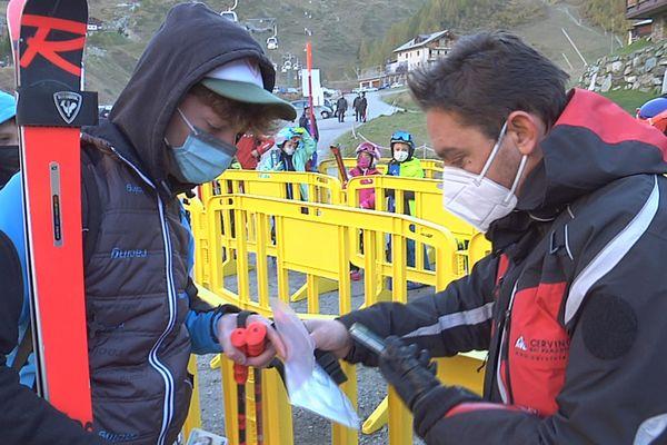 contrôle de pass sanitaire samedi 16 octobre à Cervinia, (vallée d'Aoste, Italie)