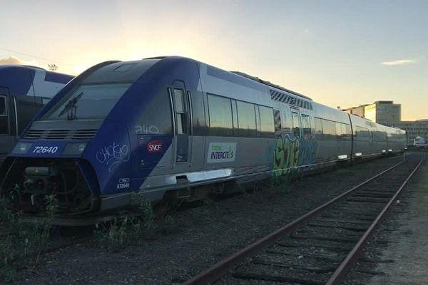 Sept rames sont livrées à l'humidité et aux vandales sur des voies de garage en gare de Caen