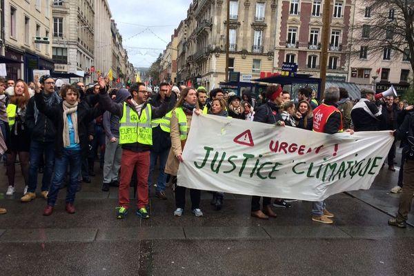 Rouen le 8 décembre 2018: la manifestation pour le climat  réunit des gilets jaunes en centre-ville