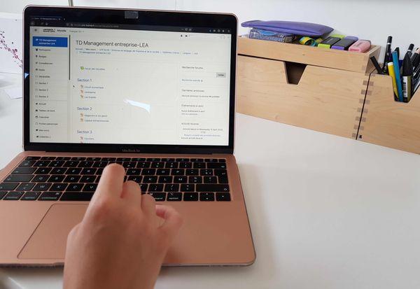 """La plateforme en ligne """"Moodle"""" est l'outil utilisé par les universités pour communiquer les cours aux étudiants"""