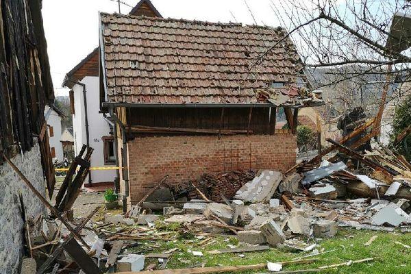 L'explosion a été violente et a projeté de nombreux débris aux alentours. L'école a été évacuée.