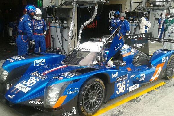 L'Alpine numéro 36 en arrêt au stand.