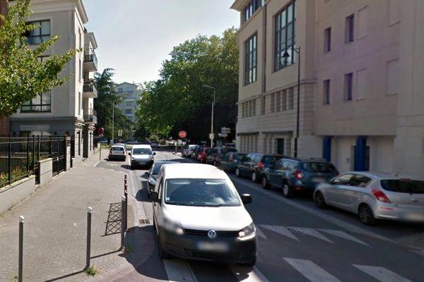 La victime rentrait à son domicile de la rue Saint-Sébastien lorsqu'elle a été attaquée