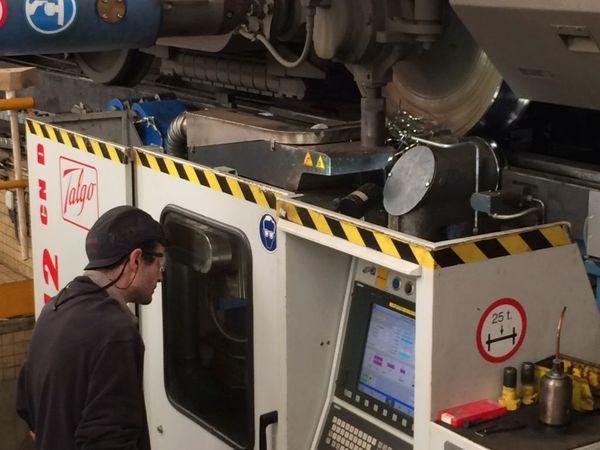 """Les roues usées des rames SNCF sont """"reprofilées"""" en atelier au technicentre de Rennes"""