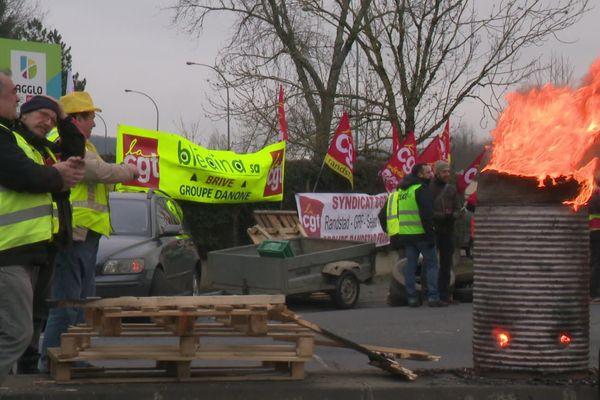 Les manifestants sont arrivés vers 4h avec des pneus et du matériel pour faire barrage.