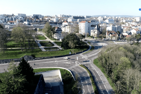 La capitale comtoise Besançon pendant le confinement lié au coronavirus, vue depuis un drone.