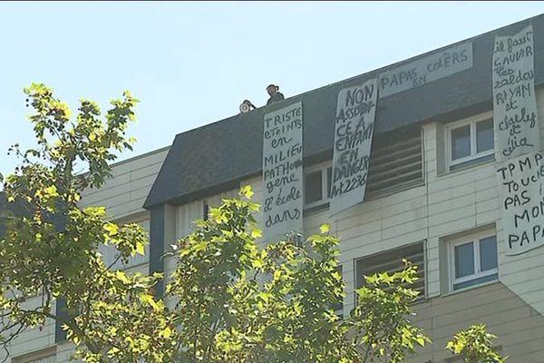 """De """"pères en colère"""" se sont retranchés ce lundi matin sur le toit de cet immeuble du quartier de la Grâce-de-Dieu"""