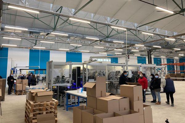 Le lancement de la fabrication : les salariés encadrés par les techniciens du fabricant de machines