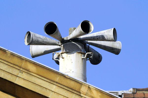 L'une des sirènes du Système d'alerte et d'information des populations (SAIP) positionnée sur le toit d'un bâtiment.