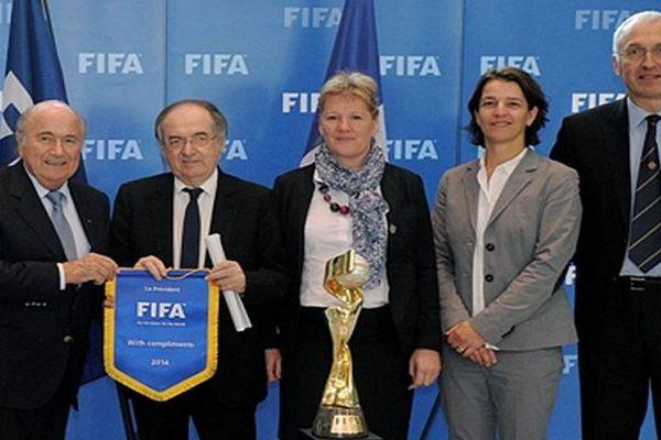Noël Le Graët a remis jeudi à Joseph Blatter, le président de la FIFA, le dossier de candidature de la France à l'organisation de la Coupe du Monde féminine de la FIFA 2019.