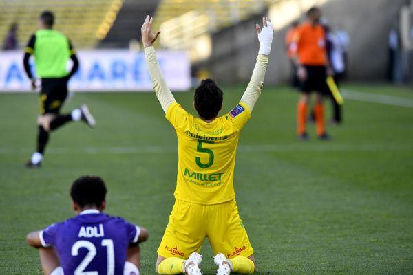Le FC Nantes se maintien en L1 en gagnant 2-1 au match aller et en perdant 0-1 contre Toulouse qui reste en L2.