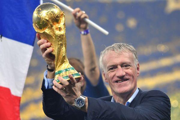Didier Deschamps, le sélectionneur de l'équipe de France de football, porte la Coupe du monde