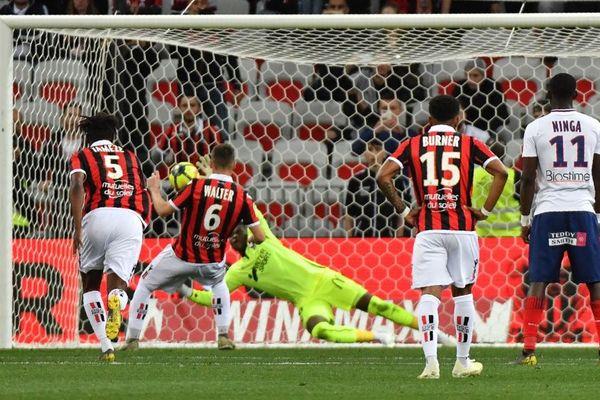 Brice Samba détourne le penalty tiré par le joueur niçois Walter, le 20 avril 2019.