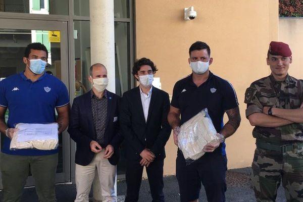 Rugbymen et militaires réunis pour distribuer les 100 premiers masques de cette opération de soutien aux Ehpad