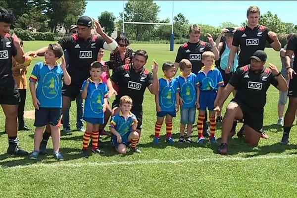 Les All Blacks, en lice pour la coupe du monde des moins de 20 ans, ont appris un de leurs célèbres Haka aux enfants de l'école de rugby de Latour-Bas-Elne près de Perpignan - 6/06/2018