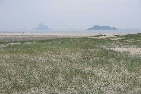 Dans la Manche, sur le site du Bec d'Andaine à Genêts, la perspective sur la Baie du Mont St Michel redeviendra nuageuse d'ici à la fin de la journée.