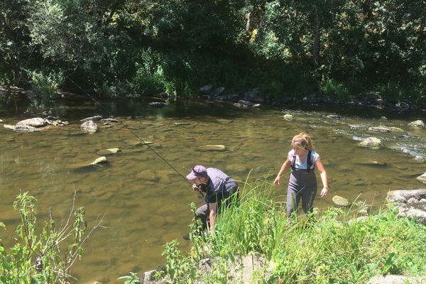 Dans le Canyon des Toyères, Julie découvre avec Cyril, la pêche à la mouche.