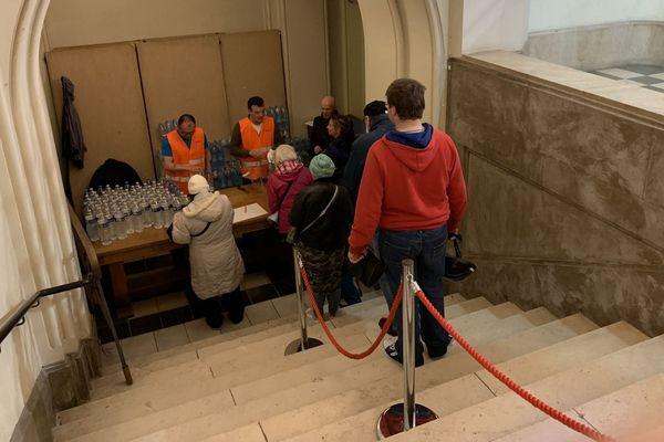 Des bouteilles d'eau sont distribuées ce samedi à la population dunkerquoise.