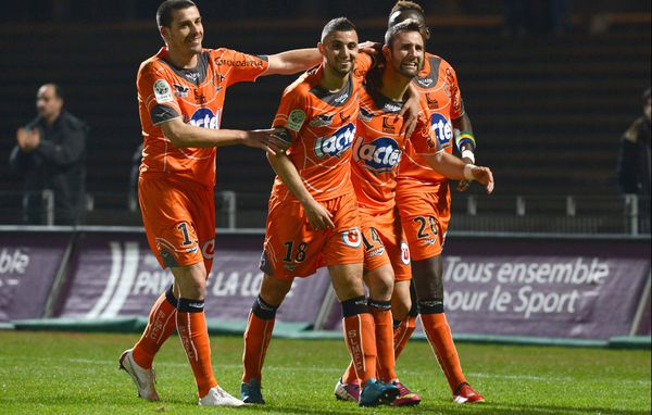 La joie de Ghislain GIMBERT apres son but, félicité par ses coequipiers dans le match contre Guingamp