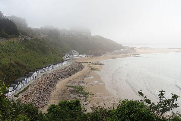 Dans la Manche, une matinée de grisaille humide sur la plage de Carteret.