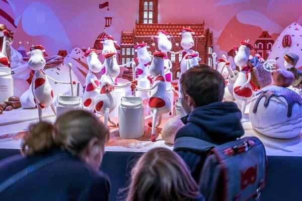 Des enfants devant les vitrines de Noël animées du grand magasin Le Printemps boulevard Haussmann, le 7 novembre 2018.